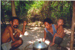 tuberculöser Aeta Junior Pamiliang mit Frau Lauretta und Kind in Rabanes sw